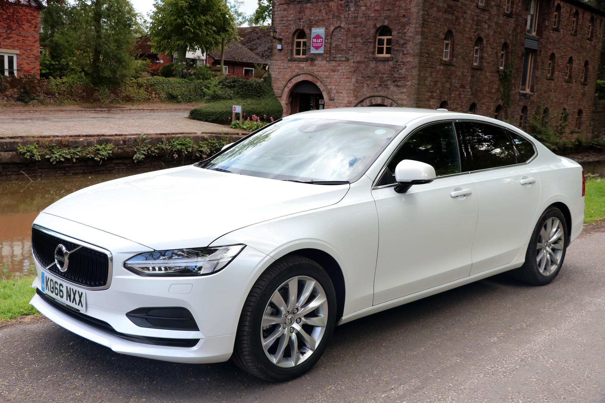 Volvo S90 D4 Momentum - Car Review